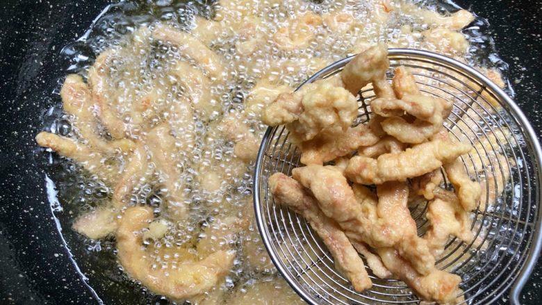 蒜蓉里脊肉,炸至金黄以后用漏勺捞起来放入盆里
