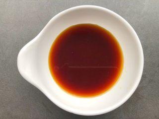 蒜蓉里脊肉,调糖醋汁,取一小碗,加入一勺料酒,二勺生抽,三勺糖,四勺醋,搅拌至融化