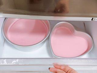 春日樱花慕斯,取一半步骤10混合物,加入草莓果酱,搅拌均匀,倒入模具中,放入冷冻室10分钟,让其凝固,我这次做了两个。