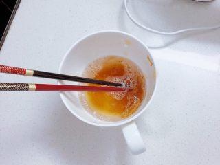 春日樱花慕斯,吉利丁片加热水融化,之后加入步骤7中。