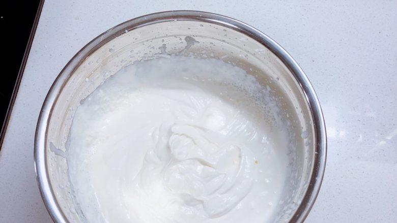 春日樱花慕斯,奶油打发至顺滑。