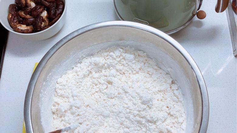 春日肉笋烧麦,面中加入沸水,和成絮状后拿出揉成面团。