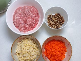 春日肉笋烧麦,醒面时准备炒至馅料。