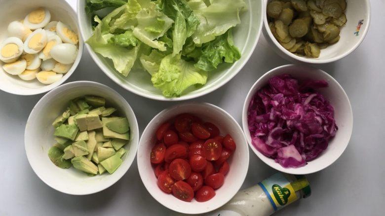 鹌鹑蛋果蔬沙拉,所有食材切碎备用。