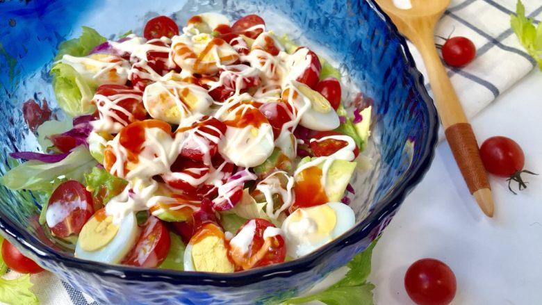 鹌鹑蛋果蔬沙拉,挤上沙拉酱就大功告成啦!搅拌均匀后食用。