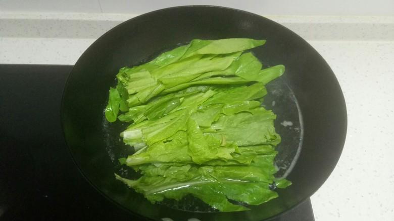 凉拌香椿皮蛋+凉拌油麦菜,水开后放入油麦菜焯水30秒。