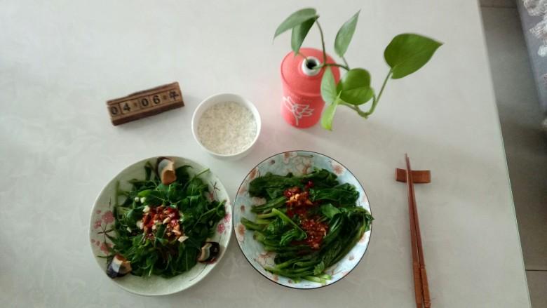 凉拌香椿皮蛋+凉拌油麦菜,啦啦啦~开吃了——好吃!