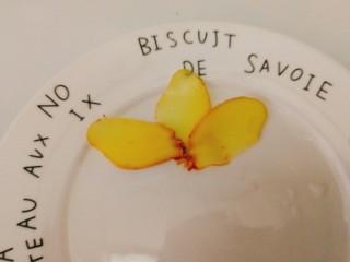 辅食计划+乳鸽红菇汤,生姜切薄片