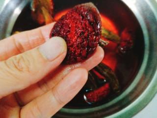 辅食计划+乳鸽红菇汤,泡发好的红菇去头