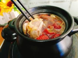 辅食计划+乳鸽红菇汤,用筷子将肉翻下