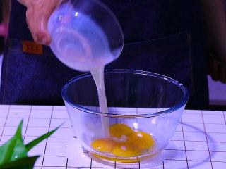 肉松盒子蛋糕,蛋黄中加入纯牛奶和玉米油搅拌均匀