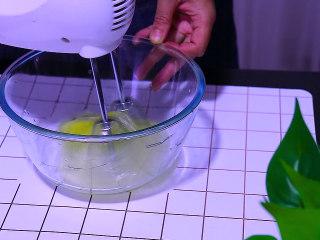 肉松盒子蛋糕,电动打蛋器用低速打至蛋清出现大鱼眼泡