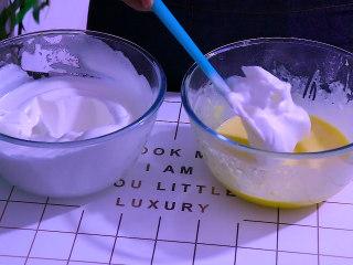 肉松盒子蛋糕,将三分之一的蛋白糊放入蛋黄糊中