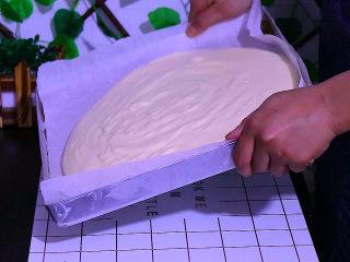 肉松盒子蛋糕,再轻轻晃动面糊,让面糊均匀地流向四周