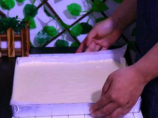 肉松盒子蛋糕,将面糊轻震两下,震出气泡