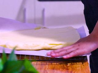 肉松盒子蛋糕,烤好的的蛋糕立即倒扣并去掉油纸,等待蛋糕完全冷却