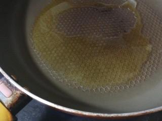 春季养肝,香椿芽鸡蛋饼,锅中热油至七成