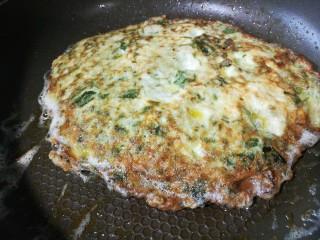 春季养肝,香椿芽鸡蛋饼,颠锅翻面,改中火将另一面煎至凝固微黄改小火,再次翻面,将原来那一面煎透