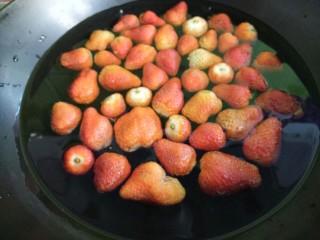草莓罐头,把草莓放进锅里