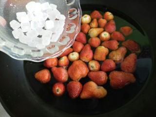 草莓罐头,把冰糖倒进去