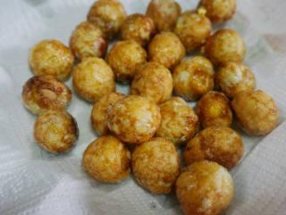 糖醋虎皮鹌鹑蛋,炸至金黄色,表面虎皮状捞出控油。