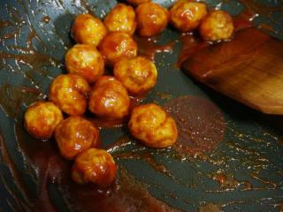 糖醋虎皮鹌鹑蛋,倒入虎皮鹌鹑蛋,翻炒均匀,使鹌鹑蛋都均匀地裹上糖醋汁,出锅时撒些白芝麻装饰。