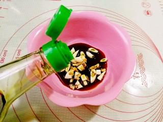 鱼香鸡蛋,大蒜拍一拍,切碎放入碗中,加入生抽