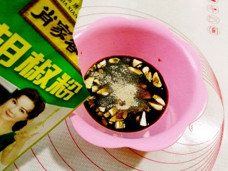 鱼香鸡蛋,放入白胡椒粉