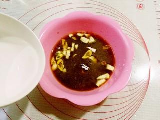 鱼香鸡蛋,加入半碗清水拌匀备用