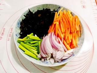 鱼香鸡蛋,木耳提前泡发摘洗干净,切丝,胡萝卜切丝,洋葱切丝,蒜苔切段
