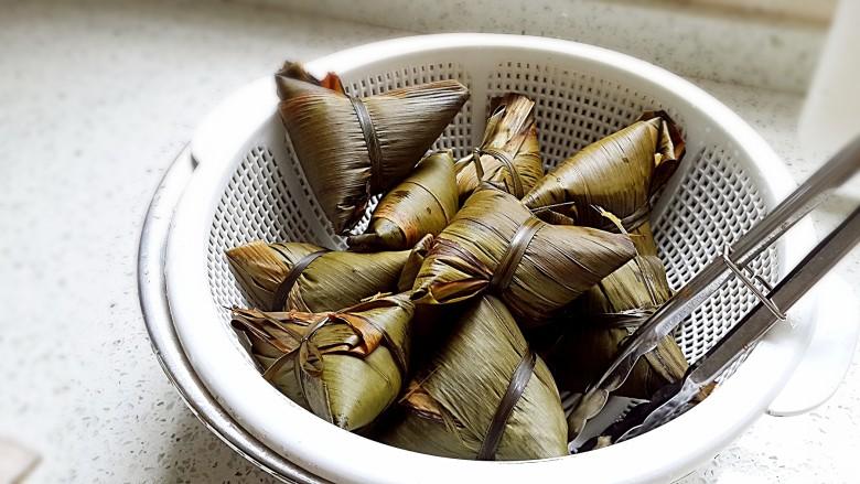 古法特制、天然植物碱水粽,包好的粽子煮个3小时。