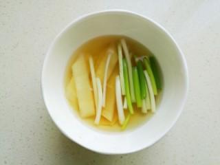 干锅牛蛙,葱和生姜切成段,加入料酒浸泡半个小时,制作葱姜酒用来腌制牛蛙去除腥味。