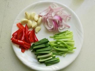 干锅牛蛙,芹菜和青蒜洗净切成段,洋葱去掉外皮切成条,红尖椒去籽后切成片,大蒜剥皮备用。