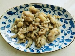 干锅牛蛙,盛入盆中备用。