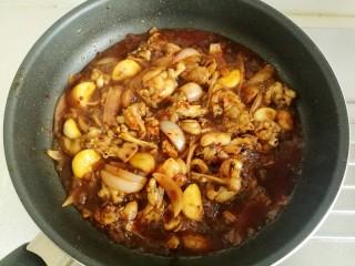 干锅牛蛙,烧开后收汁。