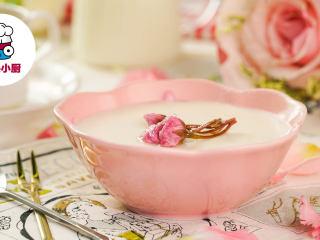 樱花豆乳慕斯杯!,取出摆上盐渍樱花,筛上糖粉装饰,即可享用