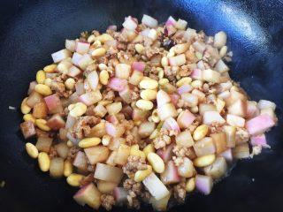 肉末黄豆烧水萝卜,翻炒均匀,放入1汤勺的水,焖2分钟。