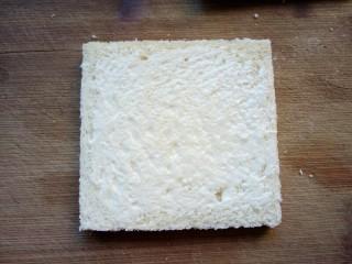 火腿西多士,抹上一层沙拉酱。
