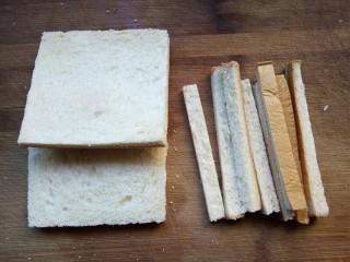 火腿西多士,将两片土司切掉四个边。