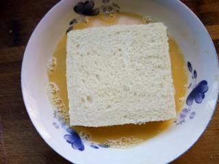 火腿西多士,将土司每一片都裹上牛奶蛋液。
