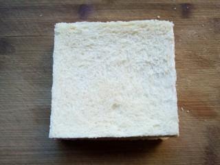 火腿西多士,将另一片土司盖上,稍微按一下。