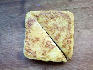 火腿西多士,将煎好的西多士沿着对角线切开。