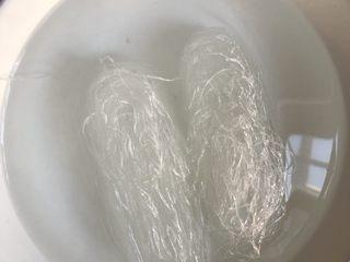 粉丝蒸扇贝,2把粉丝用开水泡软。