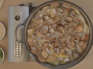 海鲜大锅,煮开后,依次逐层添加食材,先放入贝类;