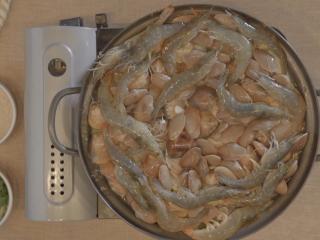 海鲜大锅,再铺上大虾;