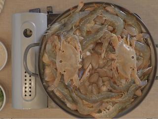 海鲜大锅,再放入两只螃蟹;