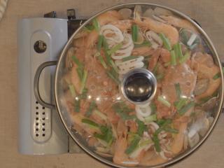 海鲜大锅,直到所有食材都上色,放适量小米椒、葱段、蒜片即可。