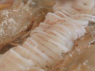 海鲜大锅,放入盐、味精等调味料,继续小火慢炖5-10分钟。