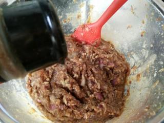 #辅食计划#香软流汁~牛肉蒸包,最后搅好后加入一勺菜籽油,加入花椒粉,五香粉,盐