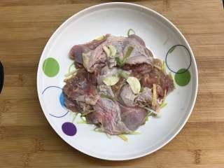香酥炸鸡 ,拌匀后腌制1小时以上。